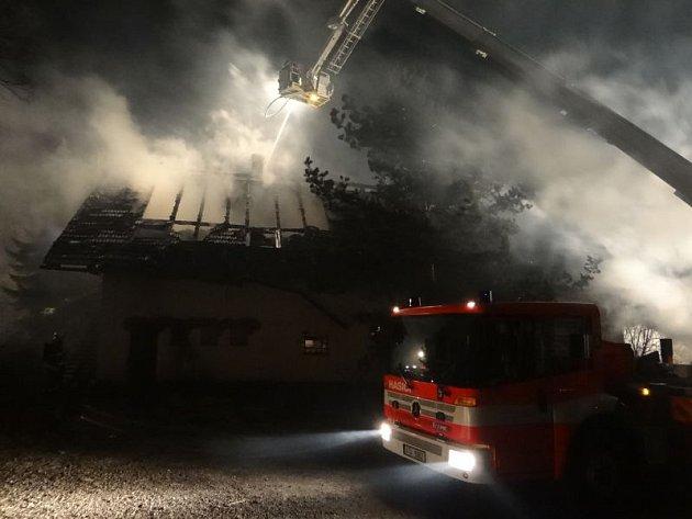 Patnáct jednotek profesionálních a dobrovolných hasičů zasahovalo u požáru, který v sobotu zachvátil objekt bývalého hotelu a stodoly u Šilheřovic.