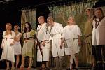 Do posledního místa obsazené kino Mír se ve středu večer bavilo při hře Dívčí válka. Již poněkolikáté sem přijelo Čechovo Prozatímně osvobozené divadlo, které toto představení uvedlo ve více než dvou a půl tisících repríz.