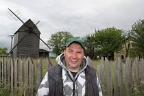 Tomáš Raab se roky snaží o záchranu rodinného dědictví. Jeho úsilí padá na úrodnou půdu.