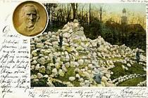 Alpinum s pamětní plaketou na jihovýchodním svahu Ptačího vrchu navrhl a v letech 1902 až 1903 zpracoval Eduard Schnack.
