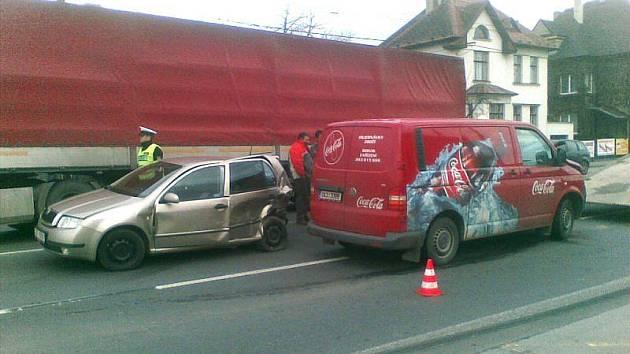 Tragicky skončila úterní dopravní nehoda na Těšínské ulici v Opavě. Kamion řízený občanem rumunské národnosti zezadu narazil do Škody Fabie, kterou vytlačil do protisměru. Zde do ní narazil protijedoucí VW Transportér řízený pětatřicetiletým Ostravanem.