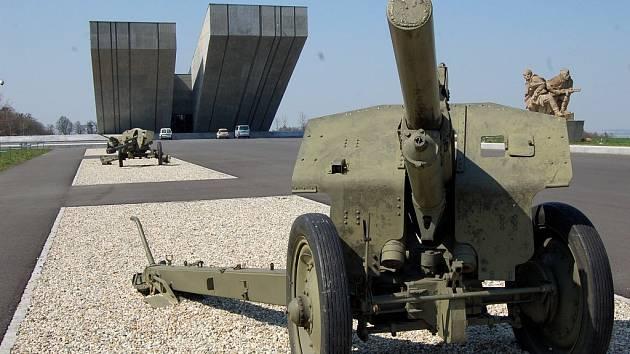 Mezi válečné hroby a pietní místa, která eviduje Ministerstvo obrany patří také monumentální betonový Památník II. světové války v Hrabyni.