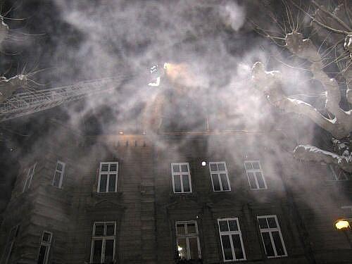 Tři jednotky hasičů zasahovaly ve čtvrtek 17. prosince večer v Opavě v Mánesově ulici u požáru střechy čtyřpodlažního domu nad podkrovním bytem.
