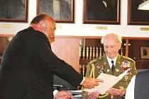 Primátor Zdeněk Jirásek předává Andreji Kobovi osobní dopis.