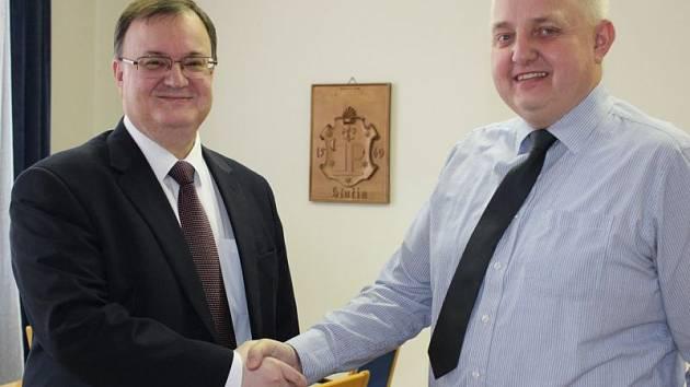 Generálního konzula Ruské federace v Brně Andreje Jevgenjeviče Šaraškina (vlevo) přivítal starosta Hlučína Pavel Paschek.