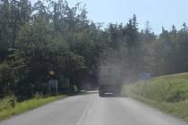 Za tímto autem, které právě vyjelo z bohučovického lomu, jsme se váleli v oblacích prachu.