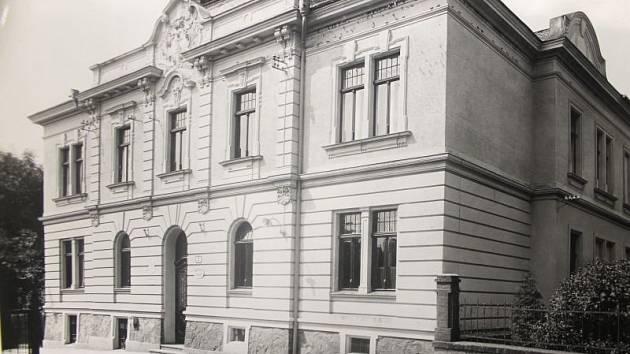 Jedna z mála dostupných historických fotografií kateřinské radnice, která byla postavena roku 1905 na místě staré školy.