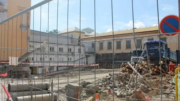 Za zimním stadionem se začíná stavět nová tělocvična. Hotova má být do podzimu příštího roku.