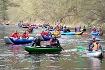 Jako přeplněná silnice v dopravní špičce vypadala v sobotu řeka Moravice. Desítky raftů, kanoí a kajaků a na nich stovky vodáků s pádly v ruce.
