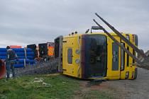 Dvě jednotky profesionálních hasičů zasahovaly vpondělí 23. listopadu vHáji ve Slezsku u nehody nákladního automobilu MAN snávěsem, který skončil na ploše vedle silnice na pravém boku.