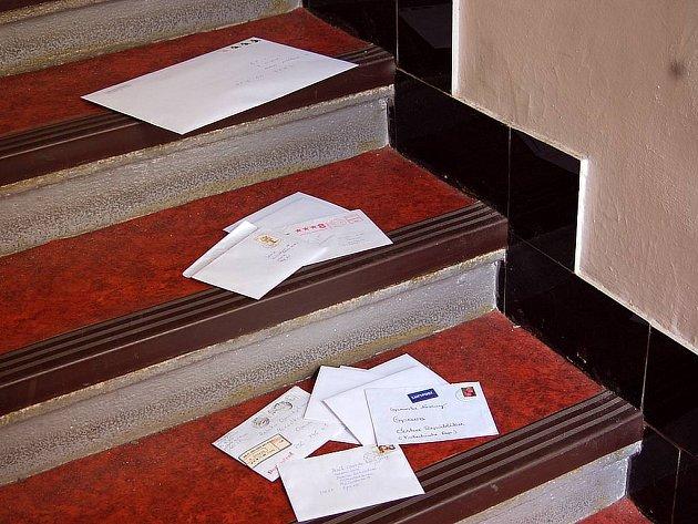 Dopisy našla žena z Hlučína pohozené na schodech.