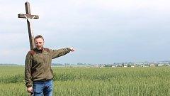 Hlučínský nadšenec obnovuje historické polní cesty.