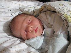 """Matyášek Knapik se narodil 5. května, vážil 3,15 kg a měřil 48 cm. """"Doma v Kyjovicích už se na miminko těší sedmnáctiměsíční bráška Tobiášek,"""" uvedli rodiče Radim a Barbora."""