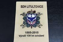 Tyto plakety společně s praporem sboru vytvořila pro hasiče z Litultovic Charita Opava.