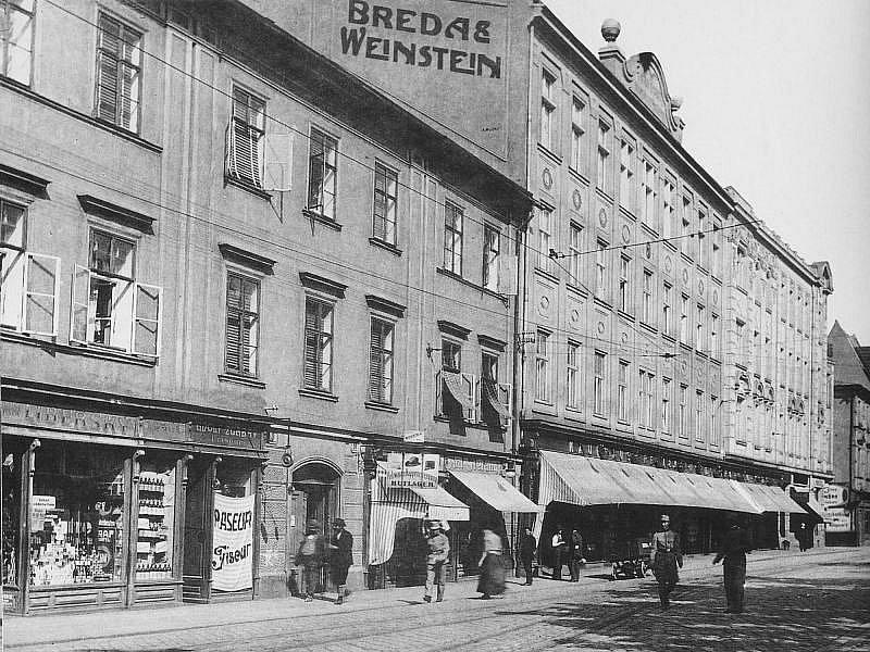 Vzhled původního obchodního domu Breda & Weinstein z počátku minulého století a Bauerem vytvořeného obchodního domu z roku 1928 (pod článkem) se podstatně liší.