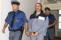 Lakatoš u opavského soudu loni v říjnu. Tehdy vyfasoval deset let natvrdo.
