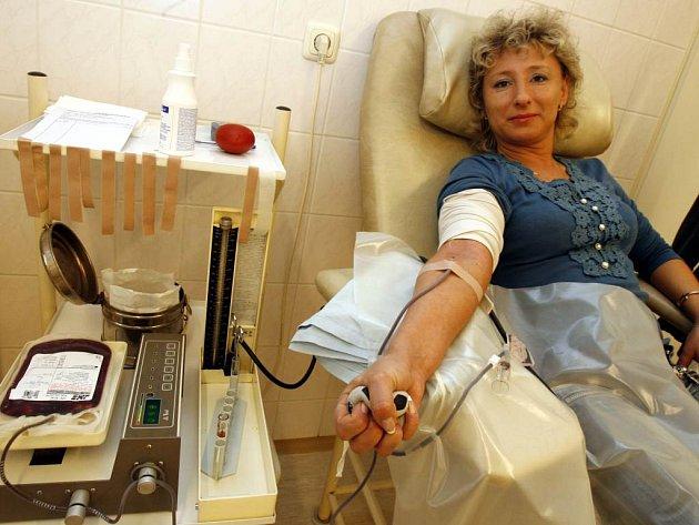 Dárci krve mají po odběru právo na čtyřiadvacet hodin volna a jsou odměněni stravenkou.