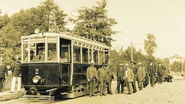 Takhle vypadala první jihlavská tramvaj před více než sto lety, když zahajovala městskou hromadnou dopravu.