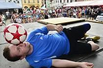 Jiří Kremser na nedávném Mezinárodním festivalu rekordů a kuriozit v Pelhřimově dosáhl na dva rekordy s fotbalovým míčem.