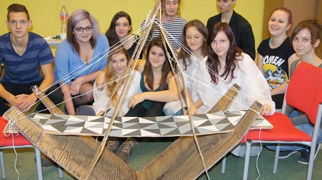 Pod rukama studentů vznikl zajímavý most z lepenky.