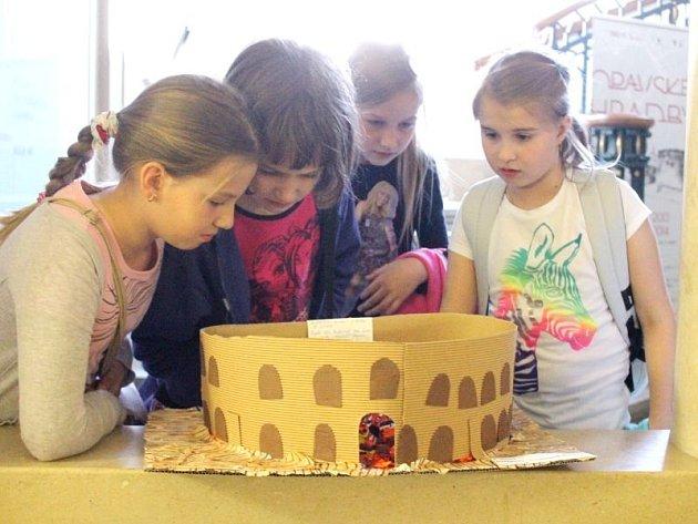 Děti obdivují výrobky, které byly k vidění na výstavě v Obecním domě.