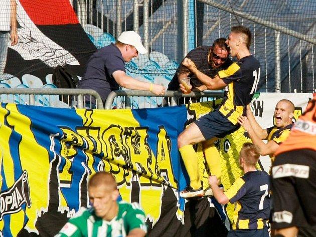Tomas Radzinevičius oslavuje s fanoušky vstřelení gólu.
