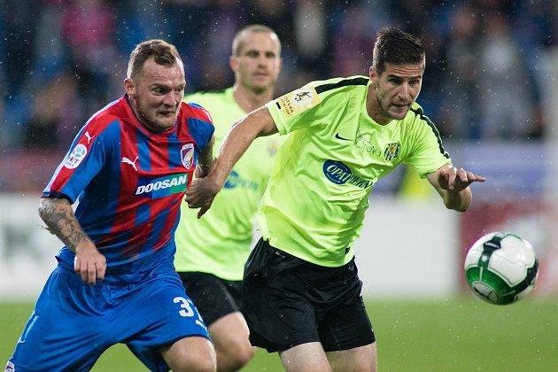 Plzeň - Zápas třetího kola MOL Cupu mezi Viktoria Plzeň a SFC Opava 5. října 2017. Jakub Řezníček - p, Marko Radič - o