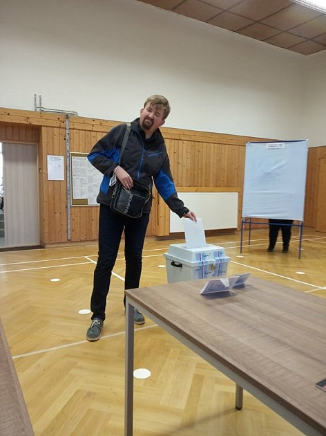 Ve volebním okrsku ve Vřesině odevzdal svůj hlas do sněmovních voleb také zpravodaj Opavského a hlučínského deníku zPrajzské, mimo jiné zakladatel Facebooku Prajzská republika, Ondřej Teichmann.