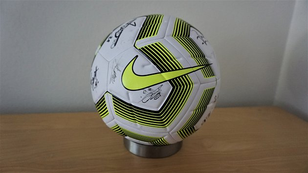 Fotbalový míč podepsaný hráči Slezského FC Opava.