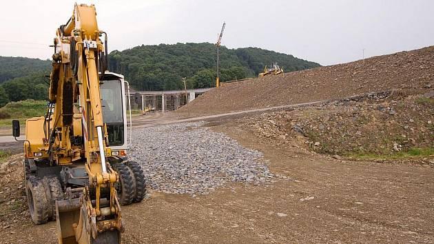 Staveniště bez lidí a brzy nejspíše bude i bez strojů. Rozhodnutí o zastavení prací na výstavbách silnic tvrdě dopadlo i na rychlostku I/11 z Ostravy do Opavy.