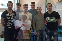 Dětské oddělení Slezské nemocnice v Opavě navštívilo několik fotbalistů Slezského FC Opava, kteří malé pacienty potěšili Mikulášskou nadílkou.