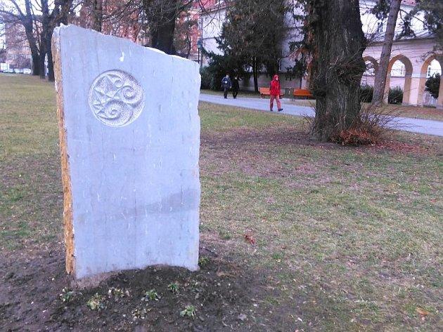 Jeden z menhirů ve Dvořákových sadech.
