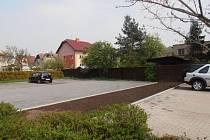 U hradeckého městského úřadu vyrostlo šest nových parkovacích míst.