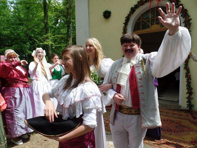 Pavel Vaňásek při závěrečné scéně pohádky Čertova skála u kapličky na Hůrce, která se nachází nedaleko Štemplovce.