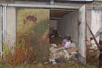 Dřevěné desky, které byly přitlučené na garáži, někdo opět vypáčil a garáž zpřístupnil.