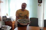 Starosta Daniel Havlík s nalezeným pokladem.