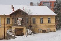 Správní budova pivovaru se zachovalým průčelím a dvojitým schodištěm.