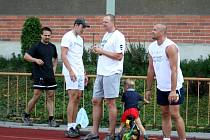 Začátek tréninku. Zleva kondiční trenér Petr Slavík, blokař Michal Sukuba, trenér Martin Demar, na koleJonáš Demar a libero Vladimír Kysela.
