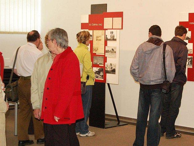 Doklad nekonečné lidské pomoci i naprostého a nesmyslného zmaru. To jsou témata dvou nových výstav, které byly v úterý otevřeny v prostorách správní budovy Památníku druhé světové války v Hrabyni.