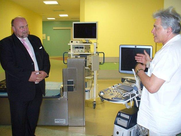 Primář gynekologicko-porodnického oddělení Alfréd Dörr předvedl primátorovi Zdeňku Jiráskovi (ČSSD) (vlevo) i nový ultrazvuk.