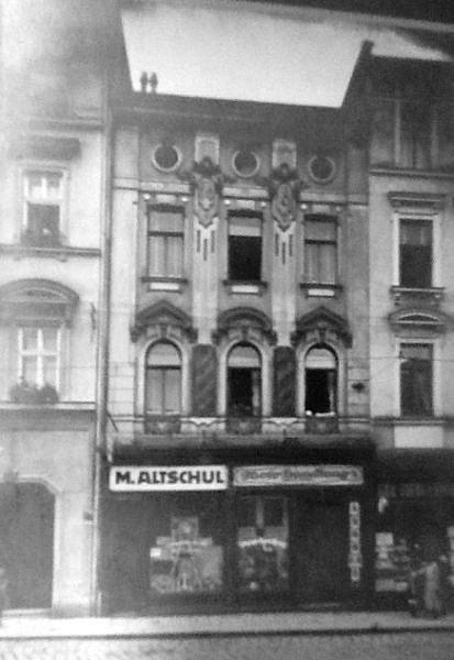 Altschulovi velice prosperovali a brzy koupili dům na Horním náměstí naproti divadlu, kde bydleli vprvním patře. Vpřízemí byla jejich prodejna barev a laků svelkým firemním názvem.