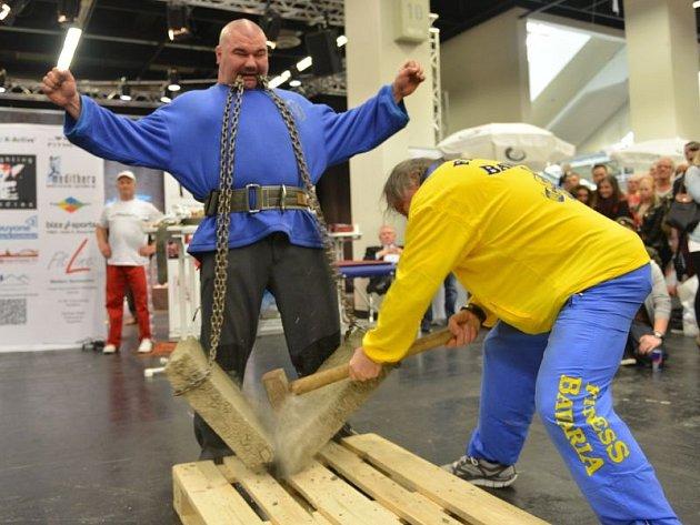 Na tomto snímku opavský Golem drží v zubech velký kus železobetonu a jeho trenér Jiří Týn se ho pokouší rozbít kladivem.