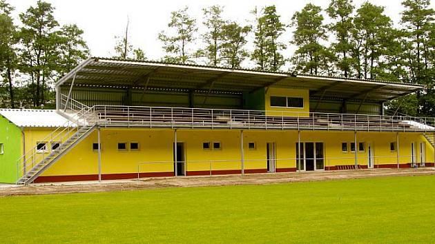 Nová tribuna se stala dominantou žimrovického fotbalového areálu.