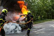 Požár auta ve Skřipově.