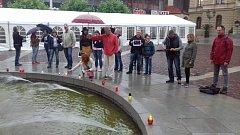 Na Horním náměstí v Opavě přišla za Miladu Horákovou zapálit svíčku asi dvacítka lidí.