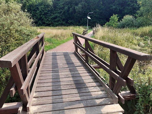 Mostek kprameni, křesťanskému labyrintu a bazénkům.
