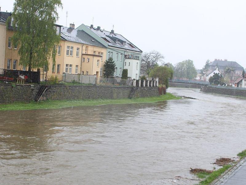 Stav na řece Opavě v Kateřinkách, ve čtvrtek 27. dubna okolo desáté hodiny. (227 cm)