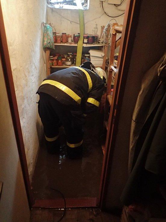 Hasiči čerpali vodu ze sklepa v Pekařské ulici v Hlučíně.