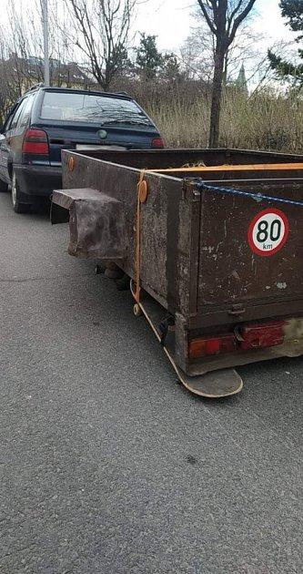 Místo kola namontoval řidič kpřívěsnému vozíku skateboard.