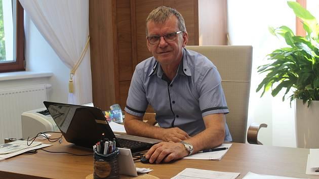 Na zámku sídlí i obecní úřad. Na snímku starosta obce Petr Toman.